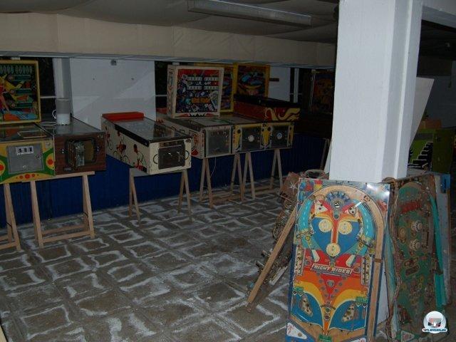 <b>Fast wie in Flynn's Arcade</b> <br><br> Früher stand die Ausstellung im Keller, nach einem Wasserschaden zog sie ins Erdgeschoss um. Glücklicherweise stehen die Maschinen auf hohen Beinen, so dass die Hardware nicht zu Schaden kam. Das Untergeschoss dient seitdem als Werkstatt und Ersatzteillager. Zu tun gibt es bei der Restauration und Instandhaltung jede Menge. Der Verein sucht daher noch Flipper-Fans, welche beim Basteln helfen. Auch Geld- und Geräte-Spenden sowie Leihgaben sind willkommen. 2307762