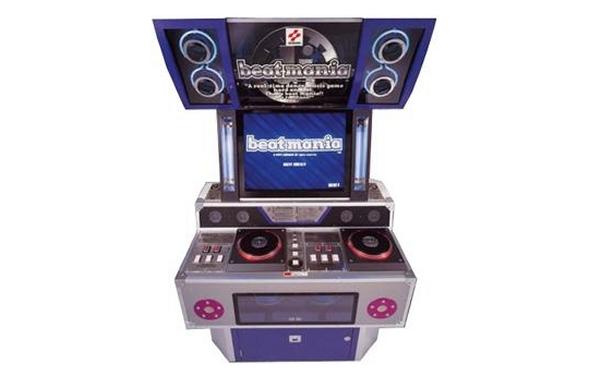 Beatmania (1997)<br><br>Kratzen, bis die Nadel splittert: Beatmania tauchte 1997 in den Spielhallen auf und verbreitete sich von da aus auf PSOne, PS2, Game Boy Color, den hierzulande kaum bekannten Wonderswan und weitere Plattformen aus - es gibt mehr als 50 Versionen! Und was macht man? Man drückt im Takt der Musik timinggerecht die richtige der fünf Tasten und scratcht sich dazu die Seele aus dem Leib - nicht umsonst trägt das Spiel den Untertitel »DJ Simulation Game«. 1726976