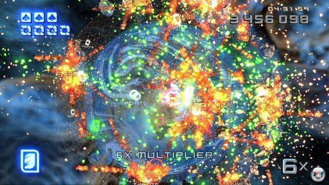 Super Stardust HD<br><br>  Dieses Spiel für das PS3-Network ist mindestens genau so hektisch wie Geometry Wars. Dutzende Feinde und hunderte von Gesteinsbrocken umkreisen die Atmosphäre eines kleinen Himmelskörpers und wollen von euch zu Sternenstaub verarbeitet werden. Blitzschnelle Reflexe sind die Voraussetzung für dieses Spiel und brennende Augen das Ergebnis. Highscore-Jäger finden mit dem ungewöhnlich gut aussehenden Inferno des Entwicklers Housemarque ihr El Dorado. Über einen längeren Zeitraum wird die Dauer-Action aber ein wenig monoton. 1716801