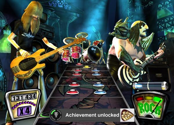 Guitar Hero 2<br><br>Guitar Hero 2 war knifflig: Nicht, weil das Spiel so unendlich schwer wäre, sondern weil die Entwickler bei den Achievements dezent am Rad gedreht haben. Da gibt es nämlich nicht nur einige für Normalsterbliche kaum zu schaffende, wie Bucketheads »Jordan« auf Expert zu meistern oder alle Songs auf derselben Schwierigkeitsstufe fehlerfrei (!) zu spielen. Auf der anderen Seite gibt es dann Erfolge, die darauf basieren, dass man sich weigert, eine Zugabe zu spielen, die Credits komplett durchlaufen lässt (was zugegebenermaßen ewig dauert) - oder bei einem Song auf der einfachsten Schwierigkeitsstufe versagt! Für den dritten Teil wurden übrigens ähnliche Späße angedroht: Freut euch schon mal darauf, einen Song auf Expert komplett ohne Ton schaffen zu müssen... 1721899