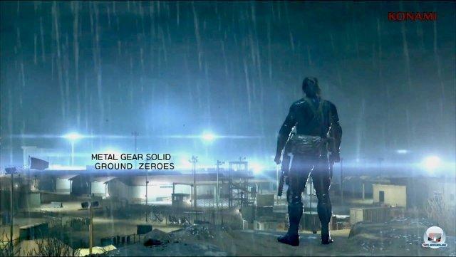 <b>Metal Gear Solid: Ground Zeroes (Multi)</b><br><br> Auf der 25-jährigen Jubiläumsfeier ließ Hideo Kojima die Bombe platzen: In einer gestochen scharfen, von der Fox-Engine befeuerter Kulisse konnte man Snake im Dunkeln schleichen, lautlos töten und verschwinden sehen. Metal Gear Solid: Ground Zeroes soll noch auf den aktuellen Konsolen erscheinen und als Gegenpol zum Action-Trend sehr offen und schleichlastig ausfallen. Ähnlich wie in Peace Walker wird man wieder die Basis ausbauen und Waffentechnik erforschen können. Wann genau das sein wird, steht aber noch nicht fest. 92434392