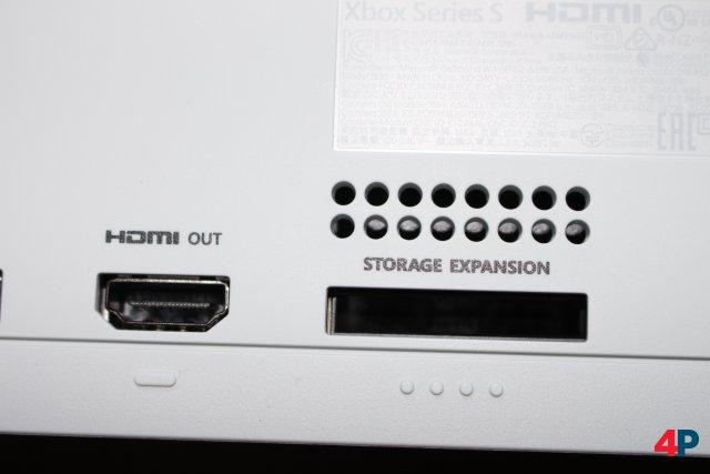 Auch das abgespeckte Modell bietet einen Video-Anschluss mit HDMI 2.1 und einen Schacht für die optionale Speichererweiterung.