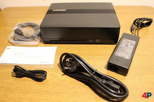 Das Polymega hat ein externes Netzteil. HDMI- und USB-Kabel gehören zusammen mit einem Controller ebenfalls zum Lieferumfang.