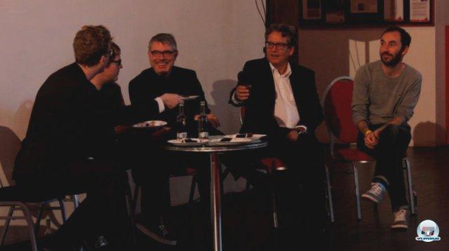 In der Talkrunde war EAs Martin Lorber (3. von links) nicht der Meinung, dass große Budgets grundsätzlich die Kreativität in Spielen ersticken. Auch der visuelle Künstler Fiedrich Kirschner (rechts) und weitere Gäste diskutierten mit - zur Belohnung gabs ein Stück vom eckigen Minecraft-Kuchen. 92469152