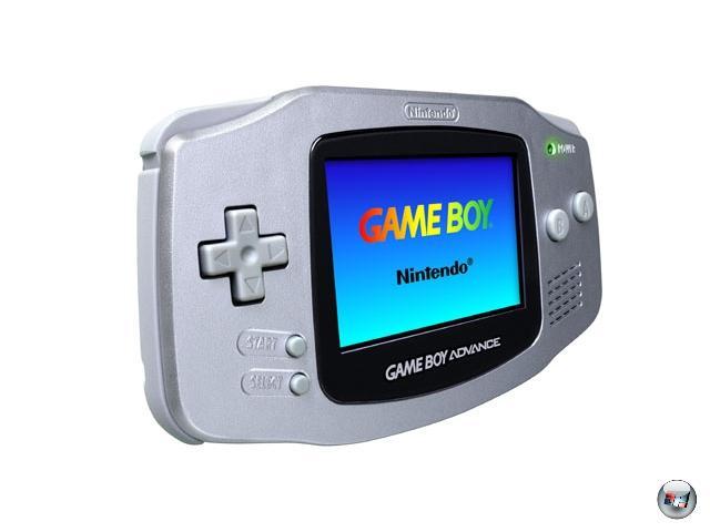 <b>Game Boy Advance (Nintendo) </b><br><br>2001 kam endlich die lang erwartete Innovation: der Game Boy Advance! Ein 32Bit-Gerät mit scharfem Farbdisplay, umfangreichen Spielmodulen, viel Prozessorpower - und ohne Hintergrundbeleuchtung, was das Zocken im Dunklen unmöglich machte, und bei hellem Sonnenlicht zur Beweglichkeitsübung werden ließ. Es sollte noch zwei Jahre dauern, bis dieser Makel mit dem Game Boy Advance SP endgültig aus der Welt geschafft wurde: klein, klappbar, mit laufstarkem Lithium-Ionen-Akku und (abschaltbarer) Beleuchtung. Ein Spieler-Traum wurde endlich wahr, was sich auch sofort in den Verkaufszahlen niederschlug - in den ersten sechs Monaten wurden europaweit mehr als zwei Millionen GBA SP verkauft! Kein Wunder, dass Nintendo eifrig ein Spezialmodell nach dem anderen hinterherschob; die »Krönung« davon war der Game Boy micro (Ende 2005), der die Technologie des GBA auf engsten Raum quetschte. So eng, dass man beim Spielen Gefahr lief, dass der Game Boy micro von Hautporen aufgesaugt oder von unachtsamen Zockern eingeatmet wurde. 1929153