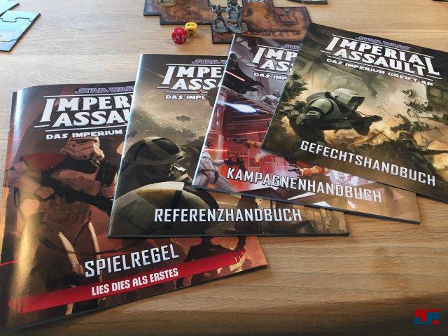 Farbig illustrierte Begleithefte zum Nachschlagen: Neben einer Spielregel gibt es ein Gefechtshandbuch, ein Referenzhandbuch sowie ein Kampagnenhandbuch.