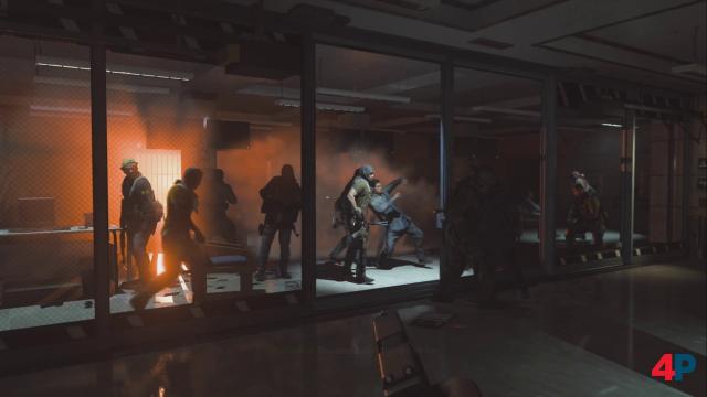 Eine der besten Szenen im Spiel: Terroristen sind in die Botschaft eingedrungen - eine Panzerglasscheibe entscheidet zwischen Leben und Tod.
