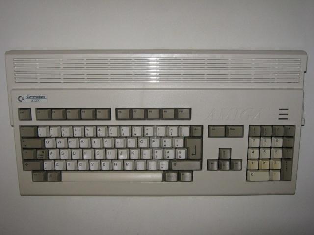 Ein Fünkchen Hoffnung <br><br>  Bessere Aussichten hatte zunächst noch der Amiga 1200, als er 1992 auf den Markt kam: Mit seinem neuen Chipset zauberte das Gerät ebenfalls 256 Farben bei Spielen auf den Bildschirm und stand damit der damaligen PC-Pracht in nichts nach. Der etwa doppelt so schnelle Hauptprozessor und ein Standard-Hauptspeicher von 2MB RAM sprachen ebenfalls dafür, dass man es mit dem PC aufnehmen könnte. Am Anfang wurden parallel zu den Standard-Versionen sogar separate Editionen für den Amiga 1200 mit verbesserter Grafik auf den Markt gebracht. Doch der Zug war schon abgefahren: Vor allem in den USA, wo sich der Amiga aufgrund des schlechten Marketings nie wirklich durchsetzen konnte, setzte man vermehrt auf IBM-kompatible PCs, deren Entwicklung die Möglichkeiten des Amigas schon bald überflügeln sollte.   2133118