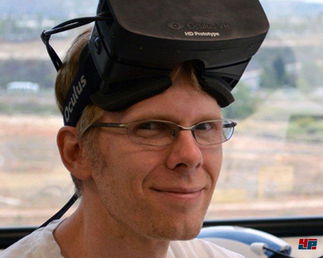 <b>Oculus Rift</b><br><br> Der Star unter den VR-Headsets ist nach wie vor Oculus Rift: Wer einmal in Palmer Luckeys schwarzen Kasten geblickt hat, will oft gar nicht mehr so schnell in die Realität zurück. Zwei Linsen und ein an der Rückwand angebrachter Bildschirm sorgen für ein erstaunlich realistisches Sichtfeld. Anderthalb Jahre nach der Kickstarter-Kampagne ist das Unternehmen stark gewachsen: id-Gründer John Carmack arbeitet mittlerweile als Chief Technology Officer bei Oculus. Er sorgte schon in Shooter-Engines für niedrige Latenzen.