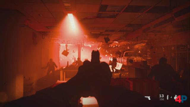 Chaos, Zivilisten, Stress und dann auch noch angeschossen - in Szenen wieder dieser macht es euch das Spiel bewusst schwer, den Überblick zu behalten.