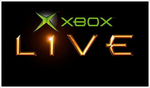 <b>Xbox Live stellt die Weichen</b> <br><br> Salonfähig und komfortabel wurde das Onlinespielen an Konsolen aber erst mit Xbox Live, das dieser Tage - der Startschuss fiel am 15.11.2002, sein zehnjähriges Jubiläum feiert. Microsoft brachte sein Know-how als Softwareunternehmen ein und verhalf dem kostenpflichtigen Service mit guten Servern, einer eindeutigen Online-ID und der Verbreitung von Headsets zum Erfolg. Die Xbox war zudem die erste Konsole, die standardmäßig mit einer Festplatte und einem Breitbandanschluss ausgeliefert wurde - optimale Voraussetzungen für die Online-Zukunft. 92418942
