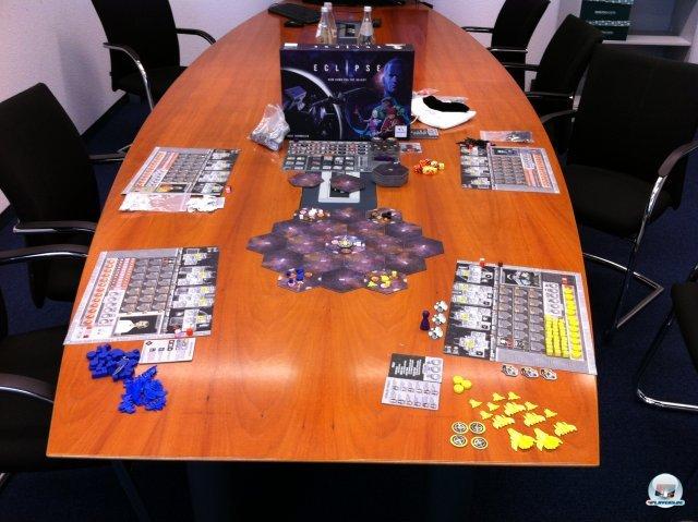 """Eclipse ist ein Strategiespiel für 2 bis 6 Spieler und seit 2011 für knapp 60 Euro auf Deutsch bei Asmodee erhältlich. Es gibt eine Erweiterung namens """"Rise of the Ancients"""", die ein Spiel zu neunt ermöglicht sowie weitere Alienvölker hinzu fügt."""