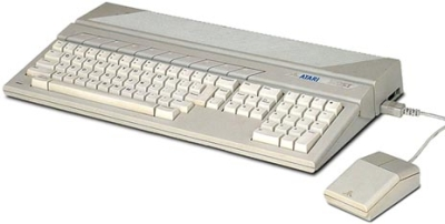 ...zurück ins Jahr 1985: Der ST-Computer von Atari trat in direkte Konkurrenz zu Commodores Bestseller, dem Amiga 500, und spaltete die 16-Bit-User in zwei Lager. Wer erinnert sich nicht an den Kleinkrieg zwischen Atari- und Commodore-Zockern, der vornehmlich in der Leserbrief-Ecke der Spielemagazine oder in Diskussionen auf dem Schulhof ausgetragen wurde? Doch der Kampf war aussichtslos: Obwohl sich der ST aufgrund seiner integrierten MIDI-Anschlüsse vornehmlich in Tonstudios großer Beliebtheit erfreute, setzte sich Commodores Freundin dank besserer Sound- und Grafikfähigkeiten im Spielebereich durch. Das tat weh, war aber gerecht. 1710564