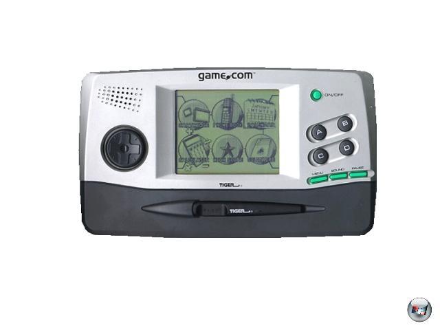 <b>Game.com (Tiger Electronics) </b><br><br>Das 1997 veröffentlicht game.com-System ist eigentlich keine größere Erwähnung wert: Die wenigen Spiele, die es darauf gab, waren fast durch die Bank Mist, der unbeleuchtete Bildschirm war schlecht erkennbar. Und dennoch hat sich das Ding seinen Platz in der Handheld-Geschichte verdient, war es doch das erste Spielsystem, das ein Touchpad nutzte - etwas, das erst sieben Jahre später Nintendo mit dem Nintendo DS weitaus erfolgreicher wiederholte. Darüber hinaus konnte das game.com (dezent umständlich) an ein Modem angeschlossen werden, wodurch primitiver Internet-Zugriff gewährleistet war - der allerdings nicht für die gerade mal 20 erhältlichen Spiele genutzt wurde. 1929143