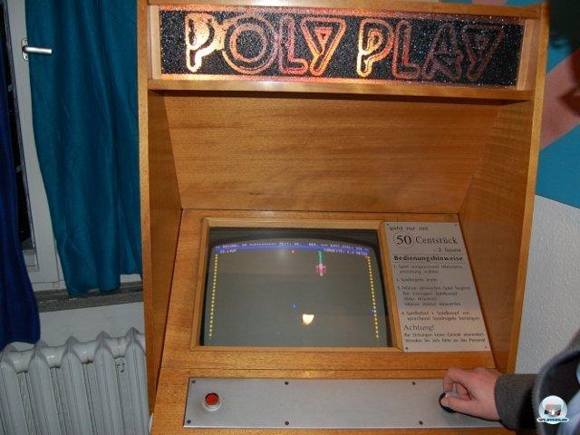 <b>Siegeszug der Videospiele</b> <br><br> In den Achtzigern verdrängten Videospiel-Automaten die Pinball-Maschinen mehr und mehr aus Kneipen und Spielhallen. Neben neuen Spielkonzepten brachten sie auch ökonomische Vorteile: Der Gastwirt benötigte weniger Aufstellfläche und wenn das Spiel unbeliebt wurde, tauschte er einfach die Platine aus. Neben ein paar westlichen Arcade-Maschinen steht im Museum auch ein funktionstüchtiges Exemplar des einzigen DDR-Spielautomaten Poly Play. Auf ihm laufen ein Pacman-Klon und diverse Sportspiele wie die abgebildete Slalom-Abfahrt. 2307752