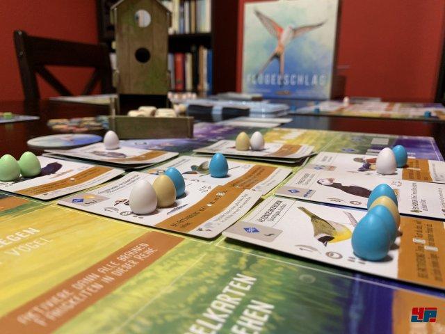Die pastellfarbenen Eier werden in Nester gelegt.