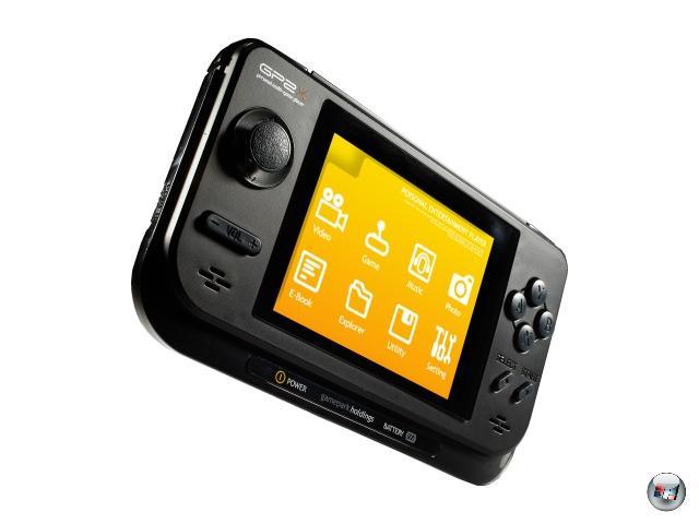 <b>GP32/GP2X (Game Park) </b><br><br>Eigentlich sollte man meinen, dass es eine blöde Idee ist, parallel zu Nintendo einen Handheld zu veröffentlichen. Stimmt normalerweise auch, es sei denn, man verfolgt mit dem Gerät einen völlig anderen Ansatz. Das hat Gamepark 2001 mit dem GP32 gemacht: Statt sein System zu verkapseln und auf Lizenzen zu setzen, war das GP32 von Anfang an als offene Plattform gedacht, für die jeder entwickeln kann - was nicht nur in der Wahl von Linux als Betriebssystem deutlich wurde. In Konsequenz gibt es kaum direkt für das System programmierte Spiele, dafür aber einige der besten Emulatoren der Welt, mit denen man fast jedes jemals entwickelte System wieder zum Leben erwecken kann - ganz zu schweigen von Videoplayern, die mit vielen Codecs problemlos zurechtkommen.  Das Ganze wurde vier Jahre später mit dem GP2X nochmal deutlich verbessert, die aktuellste Variante F200 nutzt sogar einen Touchscreen. Die Gamepark-Handhelds sind keine Verkaufshits, aber zuverlässige Dauerläufer - die besten Retro-Handhelds weit und breit. 1929158