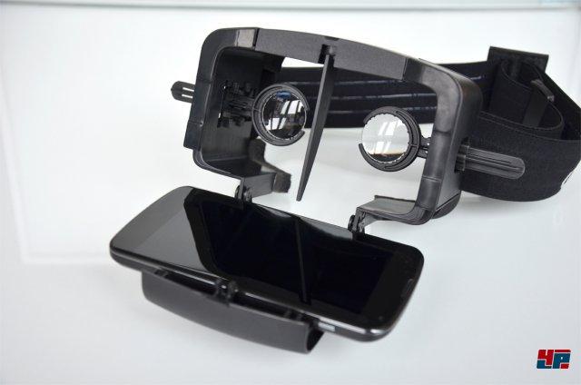 """<b>Durovis Dive</b><br><br> Warum Geld für teure Gadgets aus dem Fenster schmeißen, wenn man sowieso ständig ein Smartphone mit sich herumträgt? Beim """"Durovis Dive"""" wird einfach das Handy in einen Bausatz geklemmt und als Bildschirm genutzt. Zwei justierbare Linsen erzeugen dann ein ähnliches Sichtfeld wie im Oculus Rift. Das Ergebnis ist vor allem bei leuchtstarken OLED-Smartphones beeindruckend, leidet laut ersten Tests aber unter Kinderkrankheiten wie unsauberer Verarbeitung, störendem Lichteinfall und einer kleinen Software-Bibliothek. Den Dive-Bausatz gibt es als käufliche Variante für rund 57 Euro und als kostenlose Vorlage für 3D-Drucker."""