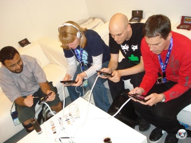 <b>Die Erkenntnis, dass...</b><br><br> ...der 3DS das bemerkenswerte Kunststück schafft, ausnahmslos jeden innerhalb von Sekunden zu fesseln. Das Nintendo-Ninja-Team mag auch etwas damit zu tun gehabt haben, aber wir schieben's trotzdem in erster Linie auf den saucoolen 3D-Effekt. 2145498