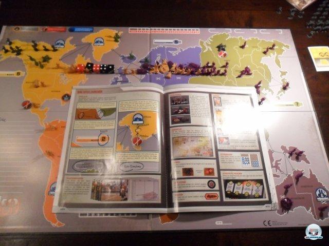Das Regelwerk ist anschaulich, das Material kann sich sehen lassen: Neben dem Spielplan liegen Stift, Würfel, zig Karten und Plättchen sowie 275 Plastikfiguren bei.