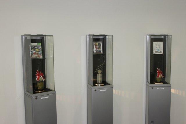 Zeichen des Erfolgs <br><br> Mit den .hack- und Naruto-Titeln konnte CyberConnect2 schon einige Verkaufserfolge feiern. Die Auszeichnungen werden im Eingangsbereich in Vitrinen ausgestellt. 2317647
