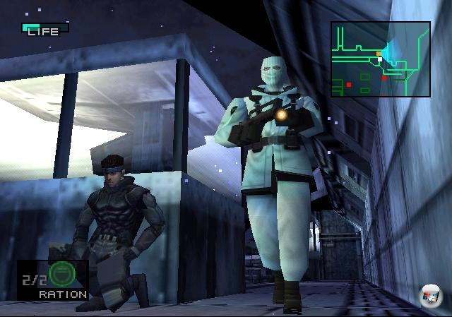<b>Metal Gear Solid</b> (Juni 1998)<br><br>Nur wenige Spieler werden wohl ihre erste Begegnung mit Psycho Mantis vergessen: Er erzählte dem Spieler, wie oft der bereits einen Spielstand gesichert hat, er verdunkelte den Bildschirm auf bizarre Weise, und er forderte ihn auf, das Gamepad auf den Boden zu legen - woraufhin er es mittels Gedankenkraft zum Vibrieren brachte! Klar, heutzutage würde man über sowas wohl bestenfalls eine »Wassollndas?«-Augenbraue hochziehen, aber damals war dieses Erlebnis in Verbindung mit dem frisch erschienenen Rumble Controller eines, das sich mit dem durch die Fensterscheibe brechenden Köter aus Resident Evil vergleichen ließ. Metal Gear Solid, erschienen im Juni 1998 (hierzulande wie gewohnt ein gutes halbes Jahr danach), setzte Interaktions-Maßstäbe. 1789668