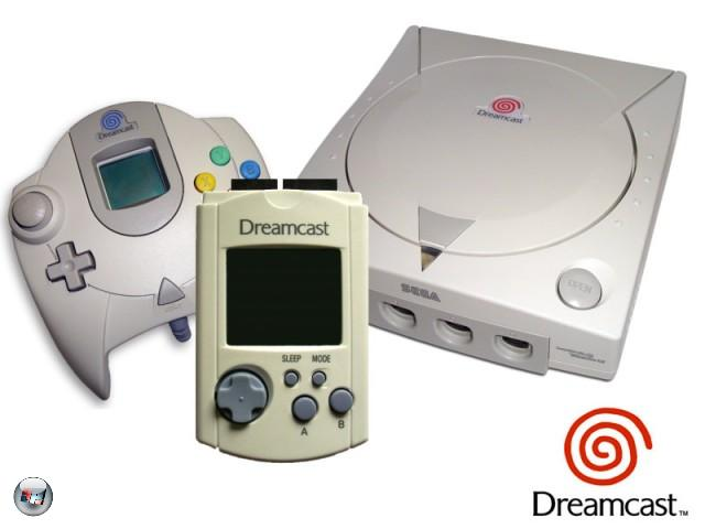 Guter Hund: Wenn im Laufwerk die Disk zu drehen beginnt, erinnert das Startgeräusch an das Gähnen eines treuen Vierbeiners. Als Speichermedium benutzte Sega mit der GD ein eigens entwickeltes Format, eine Art CD mit näher aneinanderliegenden Null-und-eins-Informationen, welche eine Speicherkapazität von einem 1,2 Gigabyte ermöglichten. Leider konnten sich die Besitzer keine Film-DVDs reinziehen, wie es später mit der PS2 möglich war. Die fehlende DVD-Unterstützung war einer der Gründe, warum dem Dreamcast kein Erfolg gegönnt war. Mit 8 MB stand dem Power-VR2-Grafikchip sogar doppelt so viel Video-RAM zur Verfügung wie der PlayStation 2. Gerade letzteres sorgte für die typischen knackig-scharfen Dreamcast-Texturen. Die Speicherkarte, VMS bzw. hierzulande VMU genannt, wurde neuerdings in den Controller statt in die Konsole geschoben. Zog man sie wieder heraus, konnte man sie dank LCD-Screen und Joypad unterwegs als kleines Handheld benutzen. Viele Dreamcast-Titel lieferten Minigames mit, die ihr auf das Gadget übertragen konntet. 1882558