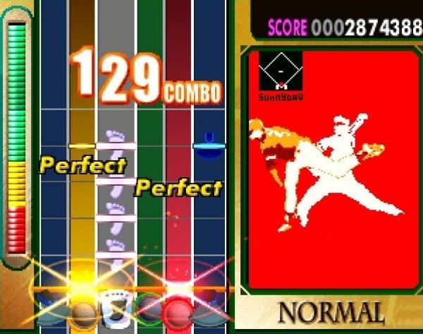 DrumMania (1999)<br><br>...verbinden konnte, wodurch sich ein Drummer zu den zwei Gitarristen gesellte! Was fehlt noch? KeyboardMania, das man in speziellen Fassungen ebenfalls mit den beiden vorgenannten Games koppeln konnte - eine so genannte »SuperSession«! Wer braucht da noch Rock Band? 1726991