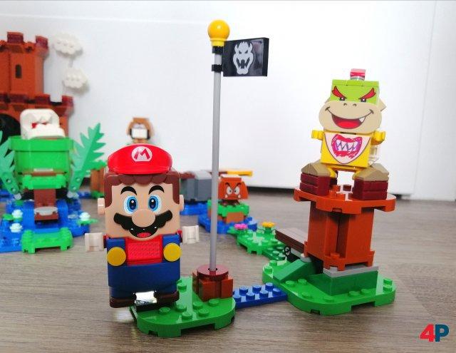 Super Mario grinst uns mit seinen Display-Augen an, Mini-Bowser auf seiner Burg ist traurig - er hat nämlich keine Technik-Bauteile.