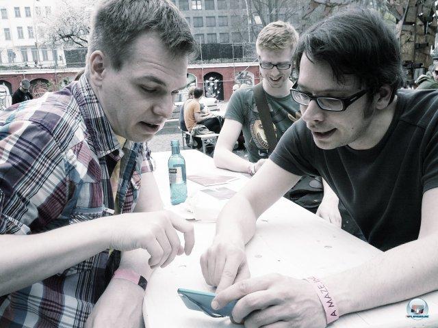 Da sind sie: munter diskutierende Indie-Entwickler in freier Wildbahn.