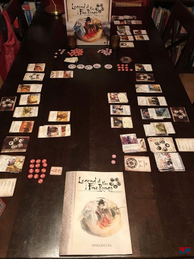 Zwei Spieler wählen aus sieben Klans, um sich vor dem Hintergrund eines fiktiven japanischen Reiches zu duellieren.