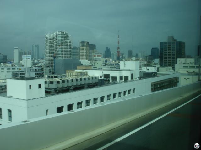 Eine Busfahrt, die ist... lang. Gut anderthalb Stunden dauert der Trip von Narita bis Shibuya, dafür bekommt man auf dem Weg auch einiges zu sehen: Unerwartet aus dem Hinterhalt springenden Bambus (für Laubwald-verwöhnte Mitteleuropäer ist das durchaus eine Erwähnung wert!) und... äh... okay, man bekommt nicht so irre viel zu sehen. Eine Autobahn ist halt eine Autobahn, außer dass hier alle irgendwie auf der falschen Seite fahren. Und es gibt WLAN im Bus! Okay, kein freies, aber WLAN ist WLAN. Im Bus! 2008193
