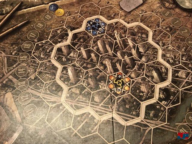 Im Spiel zu zweit legt jeder zunächst sein Hauptquartier aus.