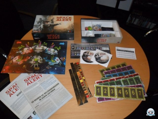 """Space Alert erschien 2008 beim Heidelberger Spielverlag und kostet knapp 30 Euro. Es gibt eine Erweiterung namens """"Unendliche Weiten""""."""