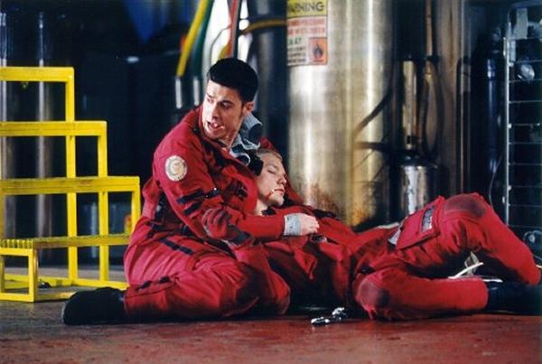Wing Commander (1999)<br><br>Wing Commander war einst Glanz und Glorie der Bruderschaft der Computerspiele. Chris Roberts schuf 1990 nicht nur eine Killer-Applikation für heiße 386er, sondern auch das erste Spiel, das sich wie ein Kinofilm zum Mitmachen anfühlte: Dramatisch inszenierte Zwischensequenzen, Herzschmerz-Story, schnelle Schnitte, fette Action - schon damals wurden erste Rufe nach einer Verfilmung laut. Die sollte erst neun Jahre später erfolgen, als der Stern der Serie bereits zu verblassen begann - und mit dem Film kollabierte er zum schwarzen Loch: Obwohl Roberts selbst Regie führte, obwohl Stars wie Freddie Prinze Jr., Tchéky Karyo und Jürgen Prochnow an Bord waren, reichte das Ergebnis bestenfalls für ein Jaulen des Bedauerns. Die Story war Dreck, die Effekte waren traurig, die einst majestätischen Kilrathi eine Ansammlung grüner Knubbel - lediglich die Idee, eine Raumschlacht aus den Augen eines Piloten in Cockpitansicht zu zeigen, sorgte für anerkennendes Kopfnicken. 1723074
