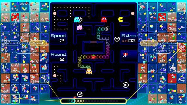Sobald Pac-Man eine Pille verspeist hat, verwandelt sich der aufgebaute Geisterzug in der Mitte in ein blaues Festmahl für hohe Kombos!