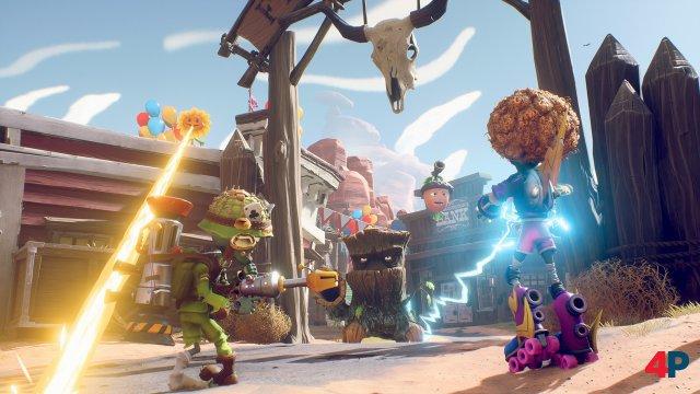 Die graziös torkelnde Skater-Zombie-Disco-Queen Elektra (rechts) wirkt nach wie vor etwas schwächlich - vor allem, wenn sie einer Eiche mit Eicheln gegenübersteht.