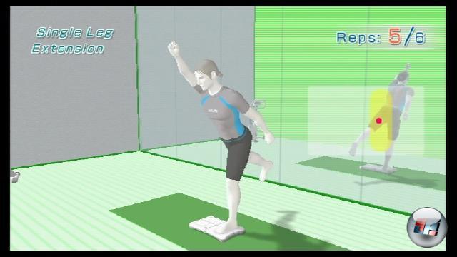 Weiter geht es mit dem Muskeltrainings-Programm. Mal macht ihr schlicht und und einfach Liegestütze mit den Händen auf der weißen Nintendo-Waage, ein anderes mal stellt ihr euch drauf, wie hier zu sehen. Bei vielen Übungen könnt ihr an der roten Schwerpunktanzeige erkennen, ob ihr euer Körpergewicht richtig verlagert. Auf dem nächsten Bild seht ihr, wie die Pose vor dem Bildschirm ausschaut. 1769193