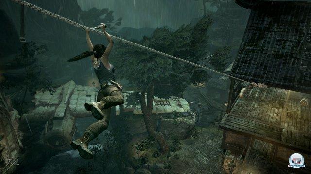 Neben den Seilpfeilen bekommt Lara auch Spule, mit der sie nicht nur hinunter, sondern auch hinauf gleiten kann.