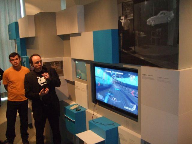 Wipeout HD in 3D <br><br> Auch aktuelle 3D-Technik ist Thema der Ausstellung: Hier präsentiert Museumsdirektor Andreas Lange (im Space-Invaders-Shirt) die räumliche Version von Wipeout HD.  2194442
