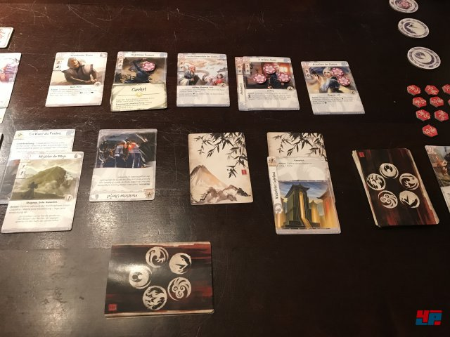 Legend of the Five Rings ist komplett auf Deutsch bei Asmodee erschienen. Man spielt zu zweit gegeneinander. Die Grundbox kostet etwa 35 Euro.