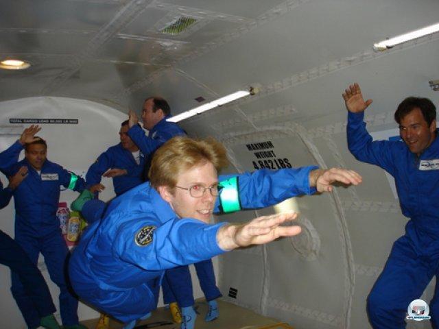 <b>Völlig losgelöst</b><br><br> Carmacks Vorliebe für den Weltraum beschränkt sich nicht nur auf Spiele. Vor fünf Jahren gründete er das Startup-Unternehmen Armadillo Aerospace, welches sich auf suborbitale Raumschiffe spezialisiert - also Testfluggeräte, welche eine große Flughöhe erreichen, aber nicht in eine Umlaufbahn gelangen. Nach dem Crash einer Rakete im Januar 2013 wurde das Projekt laut Carmack aber erst einmal