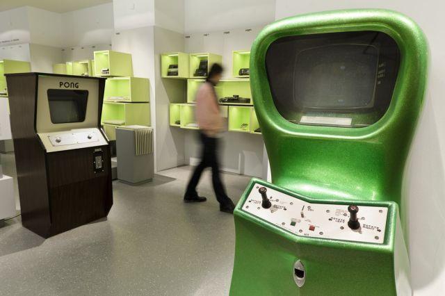 Computer Space (Foto: Joerg Metzner) <br><br> Mehr Retro geht kaum: Das älteste Exponat des Computerspiele Museums ist Computer Space aus dem Jahre 1971 - der erste Videospiel-Automat überhaupt. Noch vor Pong brachte der spätere Gründer von Atari, Nolan Bushnell, den Apparat mit dem geschwungenen Gehäuse in die Arcade-Hallen. Die für heutige Verhältnisse simplen Dogfights im Weltall waren aber noch zu komplex für die meisten Spieler, daher entwickelte sich erst das auf Anhieb durchschaubare Tennisspiel Pong im Jahr 1972 zum durchschlagenden Erfolg. Im Museum dürfen beide Spielhallenpioniere ausprobiert werden.  2194399