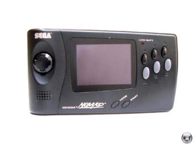 <b>Nomad (Sega) </b><br><br>1995 war die Zeit der 2D-Konsolen eigentlich vorbei; mit der PlayStation und dem Saturn brach bereits die Ära der 3D-Heimwunder an. Das Mega Drive, einst strahlendster Stern am 16Bit-Himmel, fiel zunehmend in der Gunst der Käufer - Zeit, denen mobiles Feuer unter dem Hintern zu machen! Aber aus irgendeinem Grund sollte dieser Enthusiasmus räumlich sehr begrenzt sein, denn der Nomad, Segas portables Mega Drive, erschien offiziell ausschließlich in Nordamerika und Japan. Und auch da wurde es kein Verkaufswunder, denn neben dem schlechten Timing sprach vor allem auch die grausame Energieeffizienz (sechs R6 Batterien = zwei bis drei Stunden Maximum!) gegen das Gerät. Schade, denn die Mega Drive-Kompatibilität war perfekt. 1929138