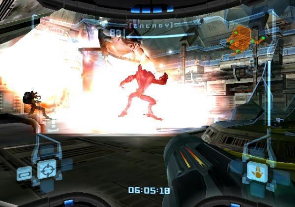 Metroid Prime<br><br>2D ist doof, 3D der wahre Heiland? Kein Problem: Am selben Tag, an dem Nintendo das klassische 2D-Metroid mit Fusion auf dem GBA wiederbelebte, wagten die bis dato völlig unbekannten amerikanischen Entwickler Retro Studios auf dem GameCube den Sprung in die dritte Dimension - Metroid Prime ward geboren! Das Spiel durch Samus' Augen, das den Auftakt zu einer Trilogie bildete, die zeitlich zwischen Metroid 1 und 2 liegt, ist der neuen Perspektive zum Trotz prinzipiell gleich geblieben. Allerdings gesellen sich zu rennen, springen und ballern vermehrt Erkundungs- und Abenteuer-Elemente - kein Wunder, dass Nintendo den Ausdruck »First Person Adventure« gegenüber »Shooter« bevorzugt. Mit dem titelgebenden Endgegner »Metroid Prime« gab es einen neuen Bösewicht, mit »Dark Samus« ebenso. Bevor wir ihr mehr Aufmerksamkeit widmen, geht's aber erstmal erneut in 2D-Gefilde. 1720804