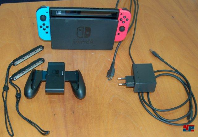 Die Docking-Station dient auch als Ladegerät. Man kan aber auch einfach ein USB-C-Kabel oder ein entsprechendes Ladegerät vom Handy benutzen.