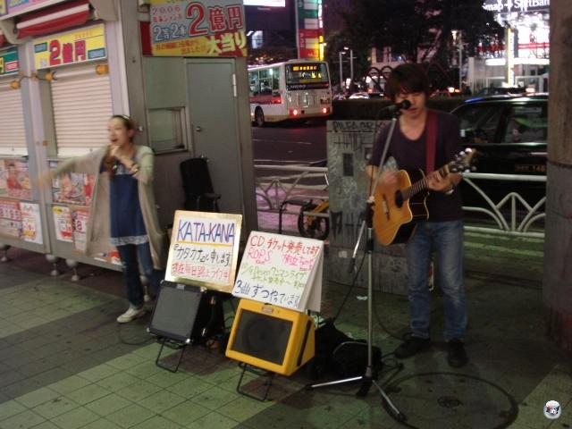 Das Straßenband-Phänomen gibt es in Shibuya genauso gehäuft wie in Santa Monica. Nur dass sie hier kein Geld wollen (es sei denn für den Kauf ihrer CDs), sondern sie machen mit ihren Auftritten nur Werbung für sich und ihre kommenden Gigs. War ein sehr gutes Duo, dieses Duo.