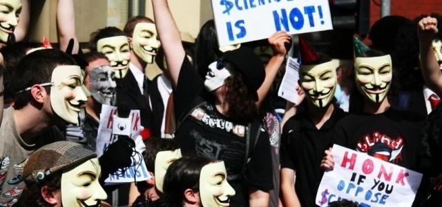 Die erste konzentrierte Aktion unter einem gemeinsamen Dach und Namen erfolgte gegen Scientology. Der war ein internes Video entschlüpft, in der, natürlich, Tom Cruise die Sekte hingebungsvoll und in glühenden Worte verherrlichte. Das auf YouTube veröffentlichte Video zog eine endlose Schar hämischer Kommentare nach sich, woraufhin Scientology unter Berufung auf eine Copyright-Verletzung dafür sorgte, dass das Video gelöscht wurde. Das veranlasste Anonymous nicht nur zu Reaktionsvideos, sondern auch zu DDoS-Attacken auf Scientology-Seiten, Scherzanrufen und-faxen in Scientology-Zentralen sowie Demonstrationen vor Scientology-Gebäuden und bei Tom Cruise-Auftritten. Das Ganze lief unter dem Namen »Project Chanology«. 2220284