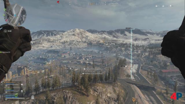 Die Karte Verdansk ist riesig: Zu Rundenbeginn springt man Battle-Royale-typisch per Fallschirm ab. Das fühlt sich hier sehr gut an.