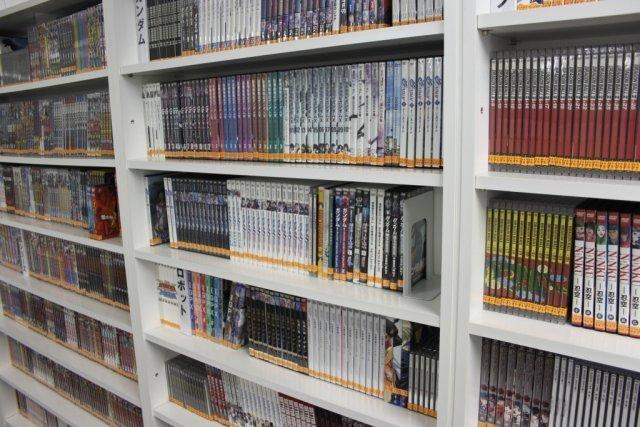 Manga-Mania <br><br> Egal ob Magazine, Bücher, Comics, Blu-rays oder DVDs: Im Kantinenbereich des Studios befindet sich ein riesiges Archiv, das jeden Manga-Fan in Ekstase versetzt. Mitarbeiter dürfen sich das Material nicht nur zum Spaß ausleihen, sondern werden angewiesen, sich im Hinblick auf ihren Job damit auseinanderzusetzen. 2317657
